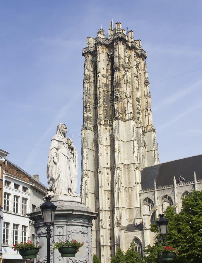 Estátua e catedral de Mechelen, Bélgica fotos de stock