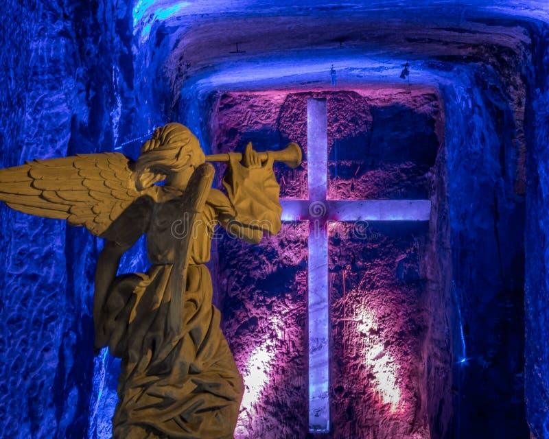 Estátua e cruz do anjo na catedral de sal de Zipaquira, Colômbia imagens de stock