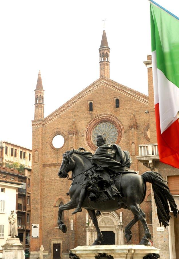 Estátua e igreja da bandeira imagens de stock royalty free