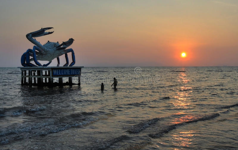 Estátua e nadadores do caranguejo na praia de Kep fotografia de stock royalty free