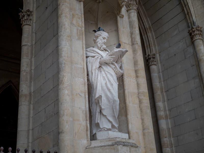 A estátua e os pombos foto de stock