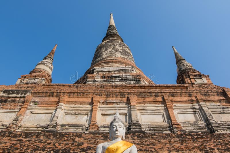 Estátua e pagode da Buda em Wat Yai Chai Mongkhon, o historica imagens de stock