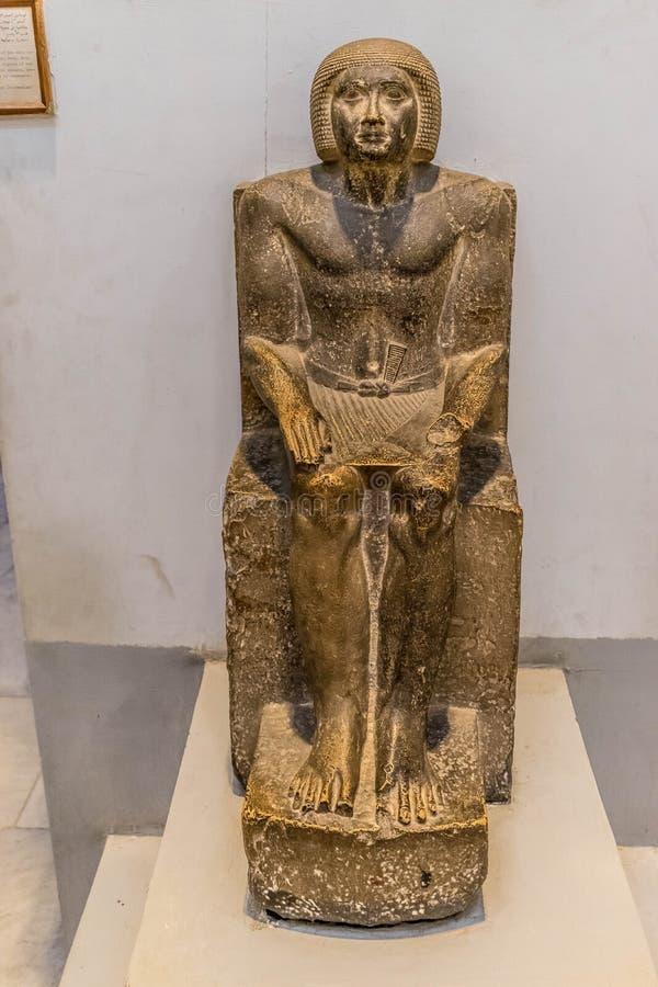 Estátua egípcia antiga de um homem assentado imagens de stock royalty free