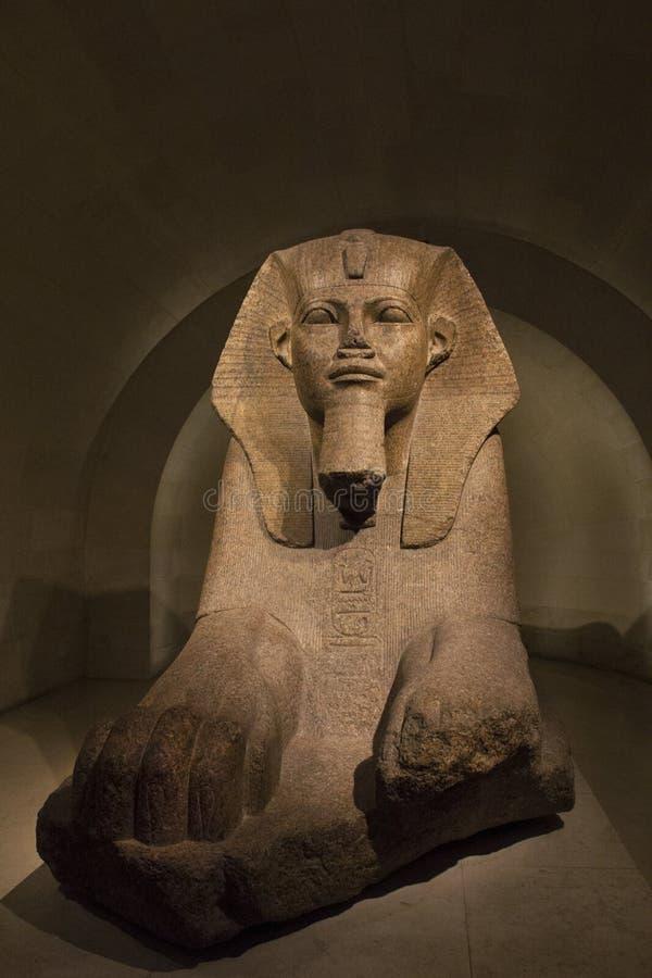 Estátua egípcia da esfinge no museu Paris do Louvre foto de stock royalty free