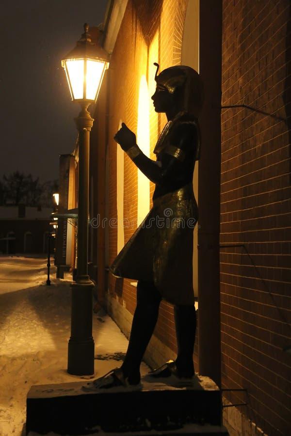 Estátua egípcia em uma noite nevado imagens de stock royalty free