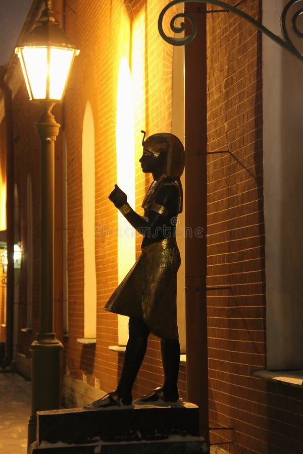 Estátua egípcia em uma noite nevado foto de stock royalty free