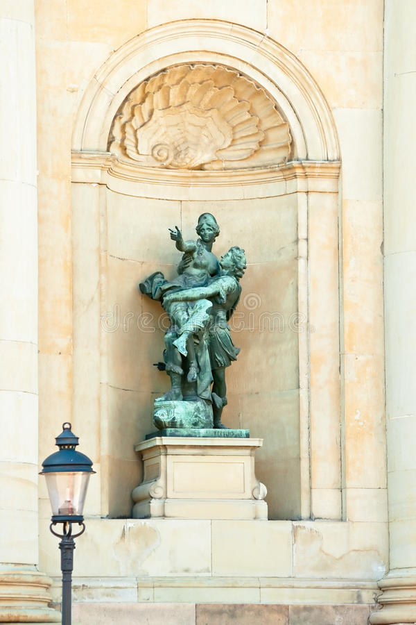 Estátua em um alcove do palácio real. imagens de stock royalty free