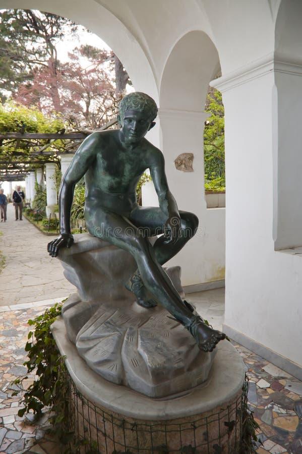 Estátua em um jardim bonito em Anacapri na ilha de Capri Itália fotos de stock royalty free