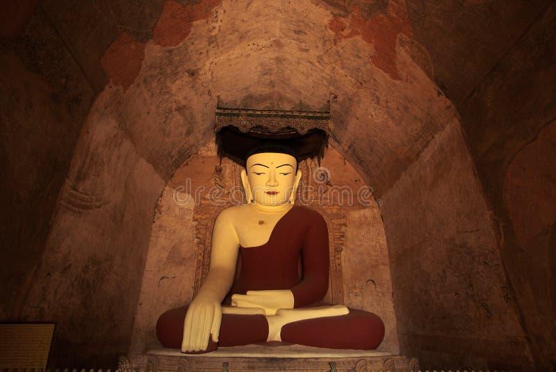 Estátua em um templo de Bagan - Myanmar de Buddha imagens de stock