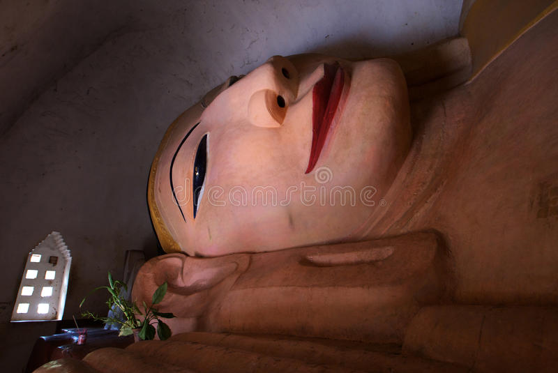 Estátua em um templo de Bagan - Myanmar de buddha do nirvana imagem de stock