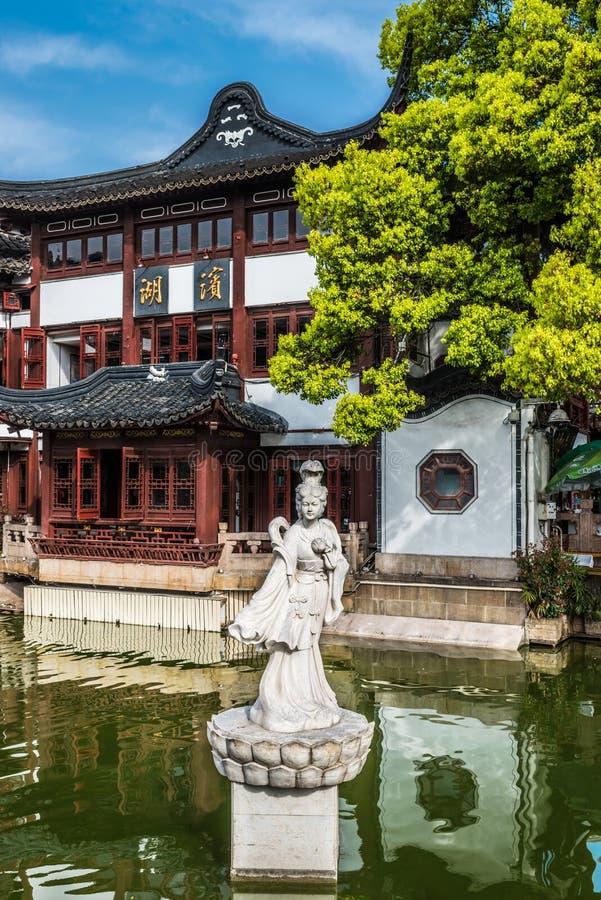 Estátua em uma lagoa na porcelana velha de shanghai da cidade de Fang Bang Zhong Lu imagens de stock royalty free