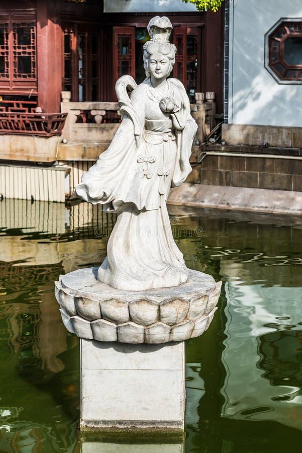 Estátua em uma lagoa na porcelana velha de shanghai da cidade de Fang Bang Zhong Lu imagens de stock