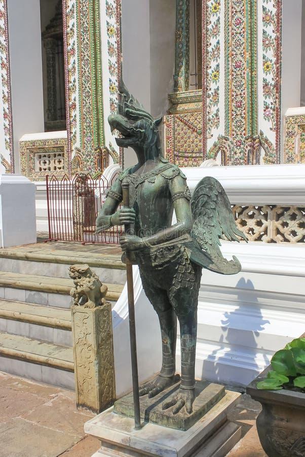 Estátua em Wat Phra Kaew, templo de Emerald Buddha em Tailândia fotos de stock royalty free