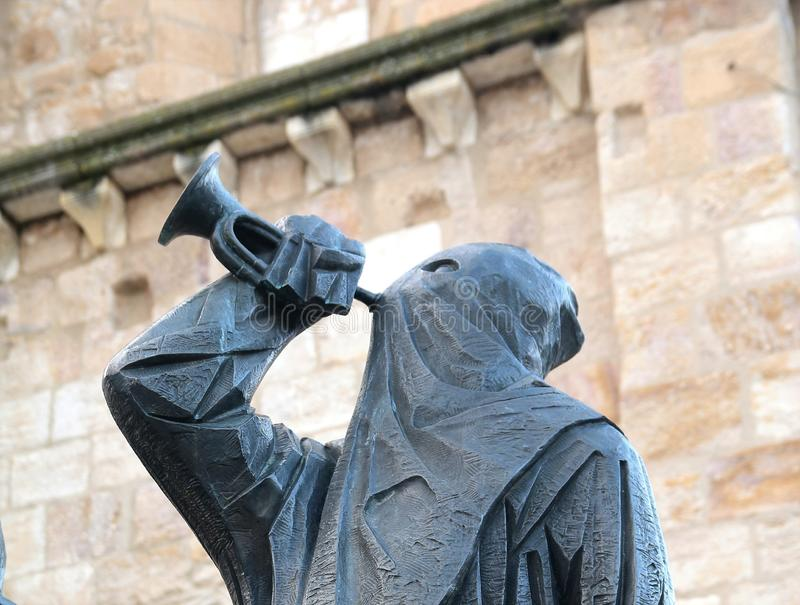 Estátua encapuçado pela catedral na Espanha central de Zamora imagens de stock royalty free