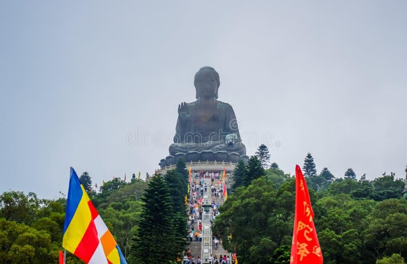 Estátua enorme de Tian Tan Buddha sobre o monte no sibilo de Ngong, ilha de Lantau, em Hong Kong imagem de stock royalty free