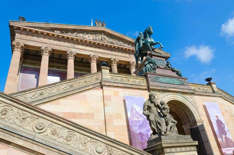 Estátua equestre da entrada acima de Friedrich Wilhelm IV ao National Gallery velho na ilha de museu famosa, Berlim, Alemanha imagens de stock royalty free