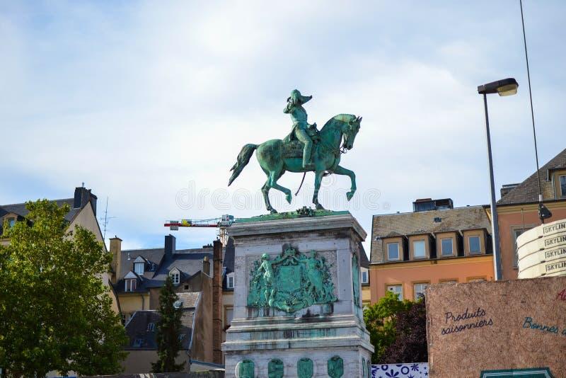 A estátua equestre de Duke William grande II no lugar Guillaume II na cidade de Luxemburgo, Luxemburgo imagens de stock