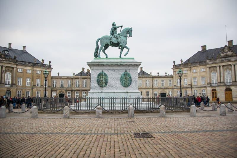 A estátua equestre em Amalienborg A casa real em Copenhaga dinamarca fotos de stock royalty free