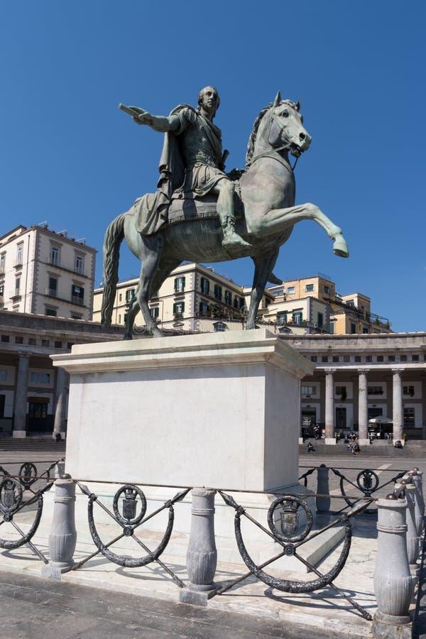 Estátua equestre no quadrado de Plebiscito, Nápoles, Itália fotografia de stock royalty free