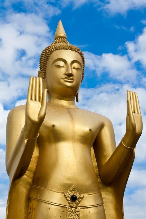 Estátua ereta dourada de Buddha foto de stock