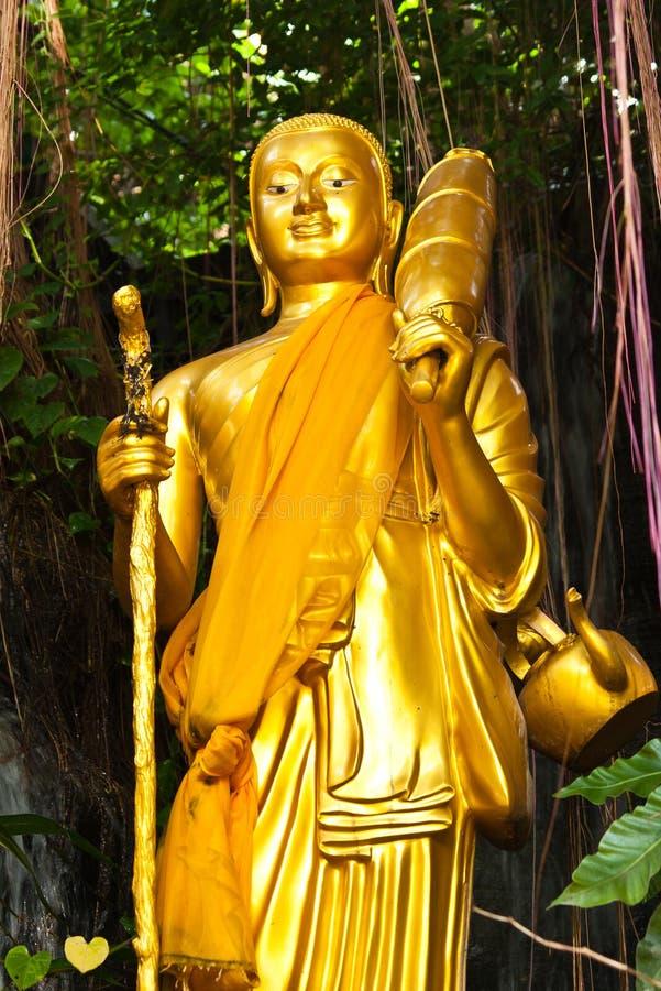 Estátua ereta dourada de Buddha imagens de stock royalty free