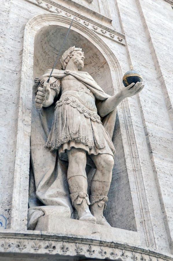 Estátua exterior, basílica San Pietro fotografia de stock