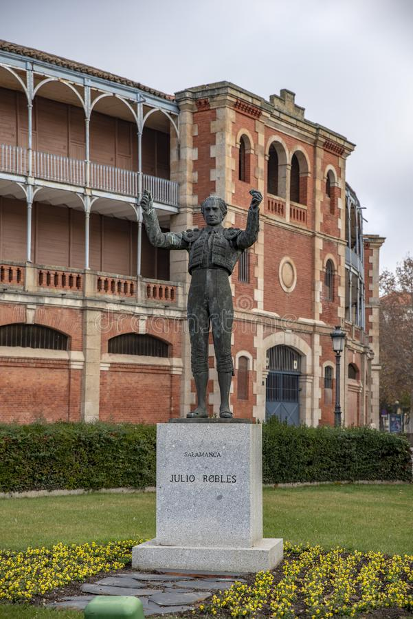 A estátua famosa do toureiro chamou Julio Robles, na frente do m fotografia de stock royalty free