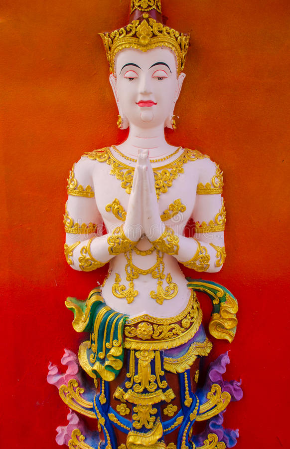 A estátua feericamente em posição de uniu as palmas das mãos imagens de stock royalty free