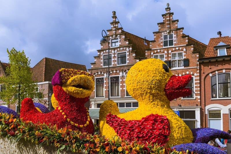 A estátua feita das tulipas em flores desfila em Haarlem Países Baixos imagem de stock royalty free