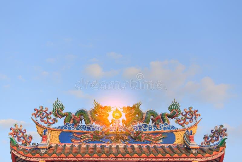 Estátua gêmea dos dragões no telhado do templo chinês foto de stock