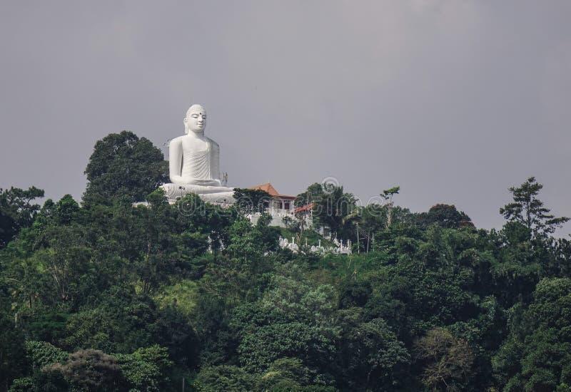 Estátua gigante de Buddha na montanha imagem de stock royalty free