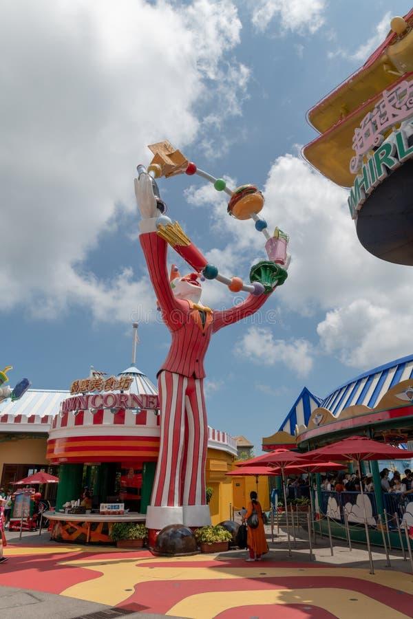 Estátua gigante do divertimento de Hong Kong do parque do oceano do palhaço do divertimento de colorido brilhante do dia junto imagem de stock