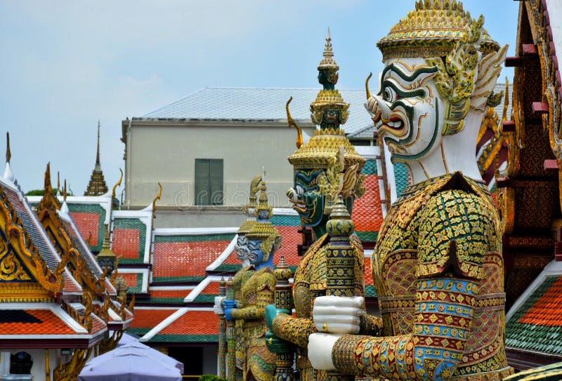 Estátua gigante do templo de Emerald Buddha Wat Phra Kaew imagens de stock royalty free