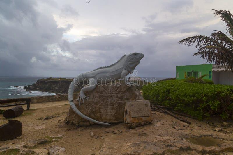 estátua gigante em mujeres do isla, cancun da iguana, México fotos de stock royalty free
