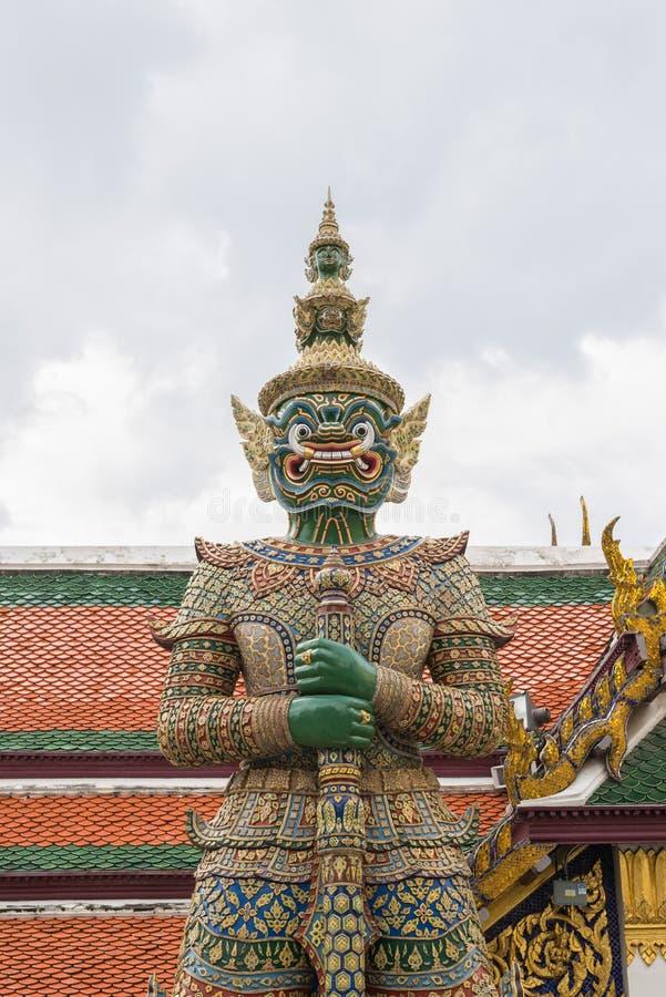 Estátua gigante em Wat Phra Kaew, templo de Emerald Buddha, Banguecoque, Tailândia imagem de stock royalty free