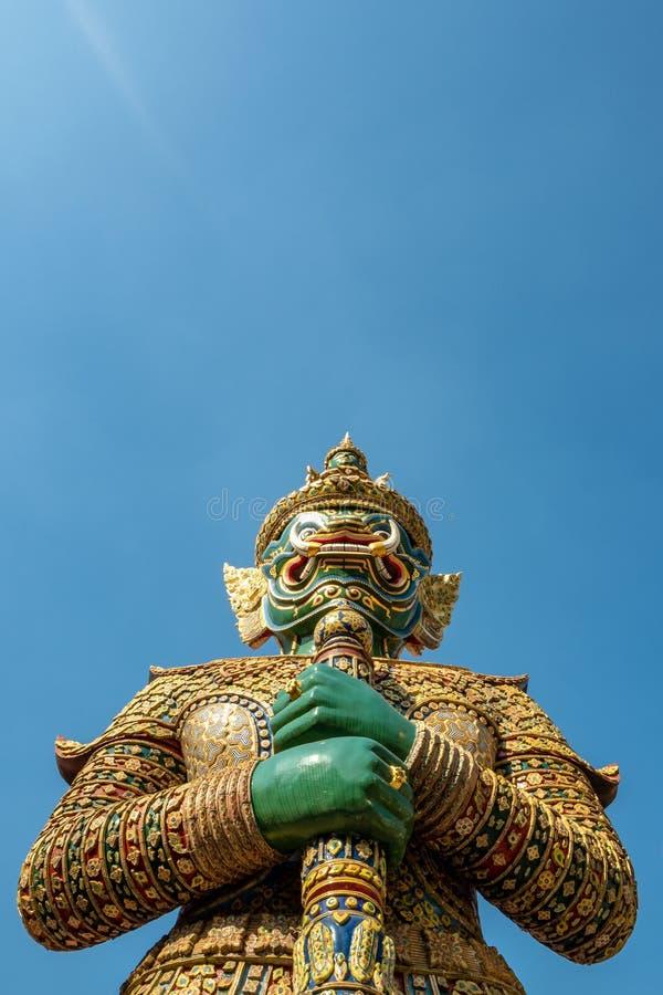 A estátua gigante esmeralda bonita no fundo claro do céu azul imagem de stock royalty free