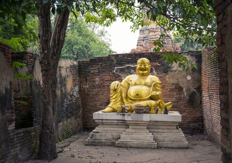 Estátua gorda de riso da Buda em Wat Phu Khao Thong em Ayutthaya tailândia imagens de stock