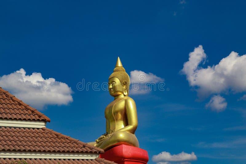 A estátua grande da Buda é mais alta do que o telhado vermelho imagem de stock royalty free