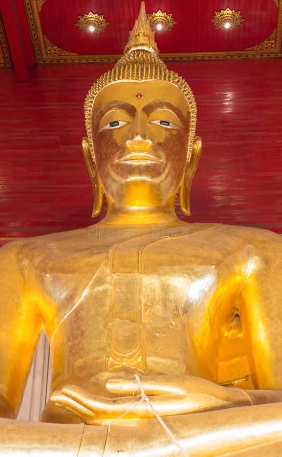 Estátua grande da Buda do ouro Fim acima E r imagens de stock royalty free