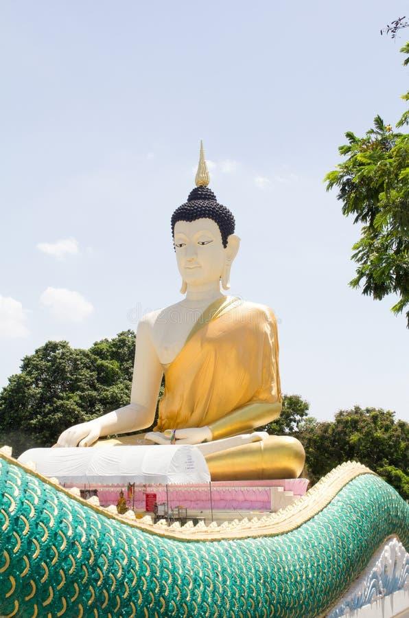 Estátua grande da Buda no fundo de um céu azul no templo de Banguecoque, Tailândia fotos de stock royalty free
