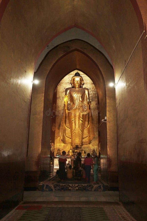 Estátua grande da Buda no templo de Bagan fotografia de stock royalty free