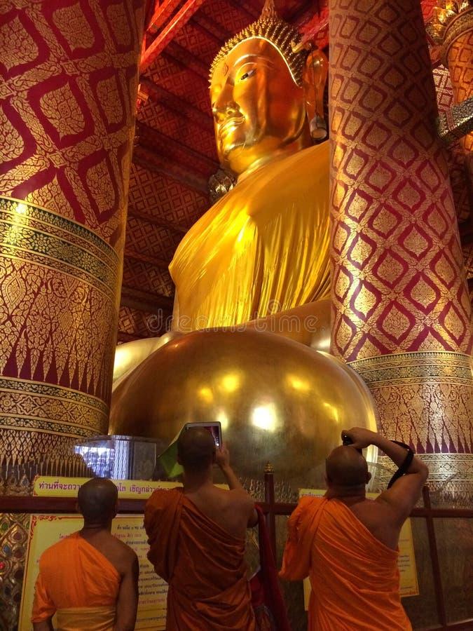 Estátua grande da Buda no templo de Wat Phanan Choeng fotografia de stock