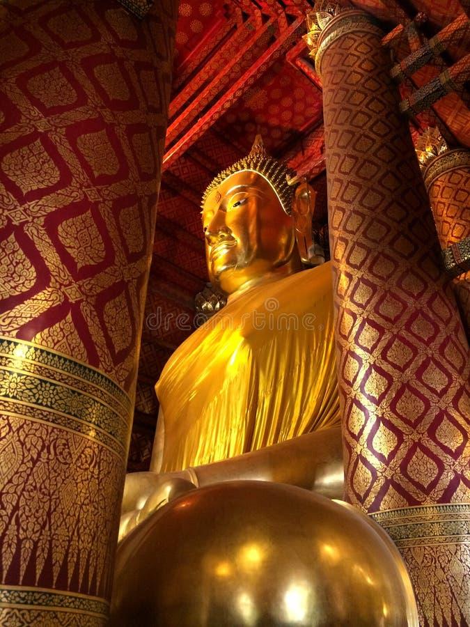 Estátua grande da Buda no templo de Wat Phanan Choeng imagens de stock