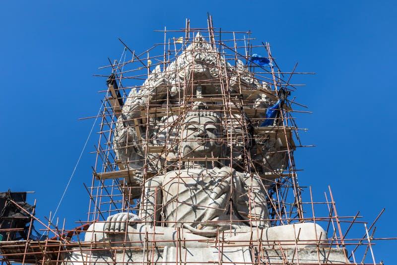 Estátua grande de buddha sob a construção no templo tailandês fotos de stock