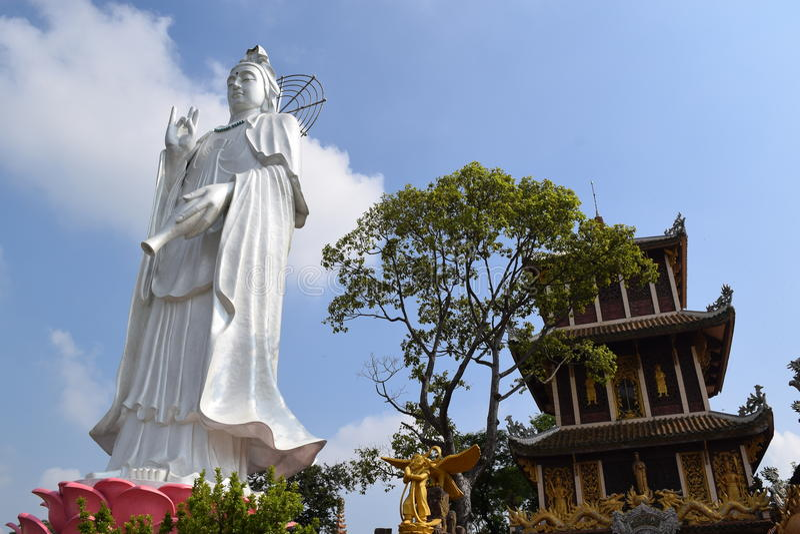Estátua grande do Bodhisattva no templo budista de Chau Thoi, Binh Duo foto de stock royalty free