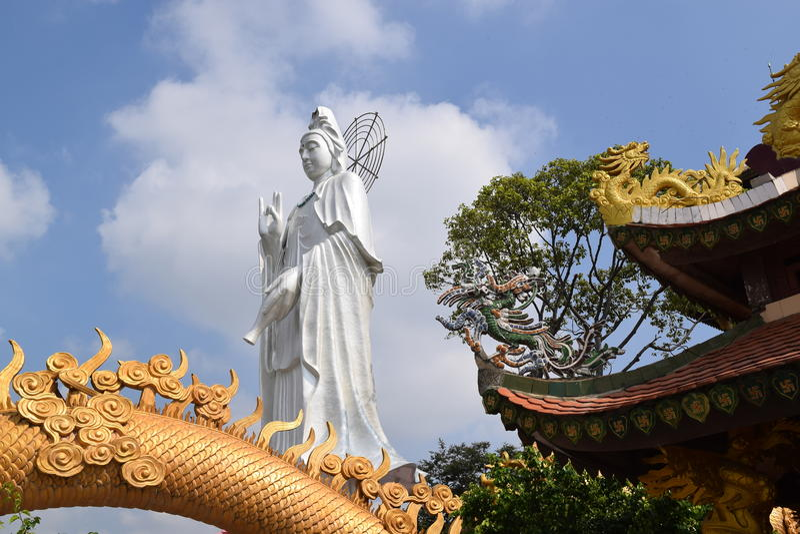 Estátua grande do Bodhisattva no templo budista de Chau Thoi, Vietname imagem de stock