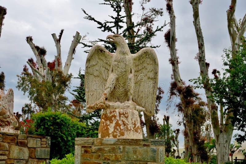 Estátua grande do pássaro no meio de um parque em Europa imagem de stock royalty free