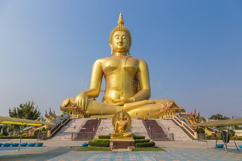 Estátua grande dourada de Buddha imagens de stock
