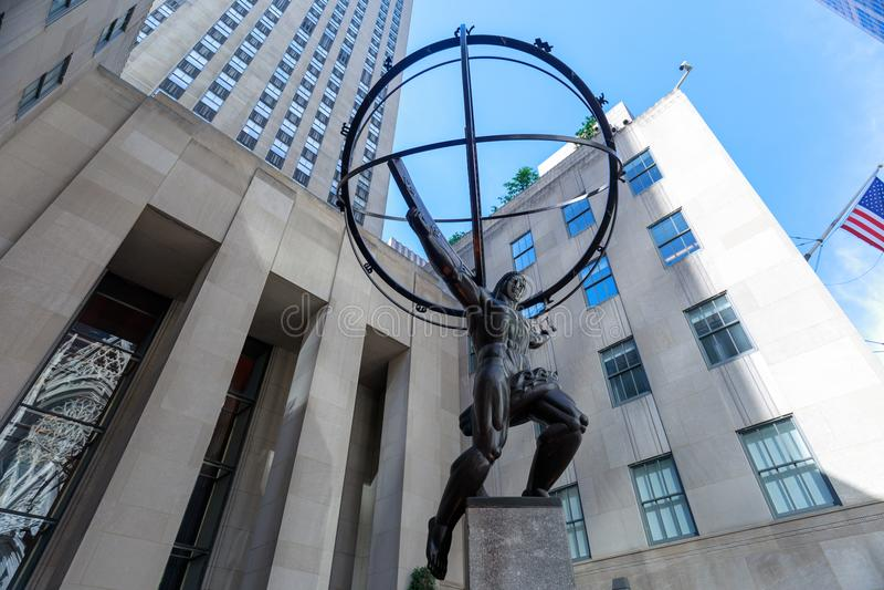 A estátua histórica do atlas no centro de Rockefeller, New York fotos de stock