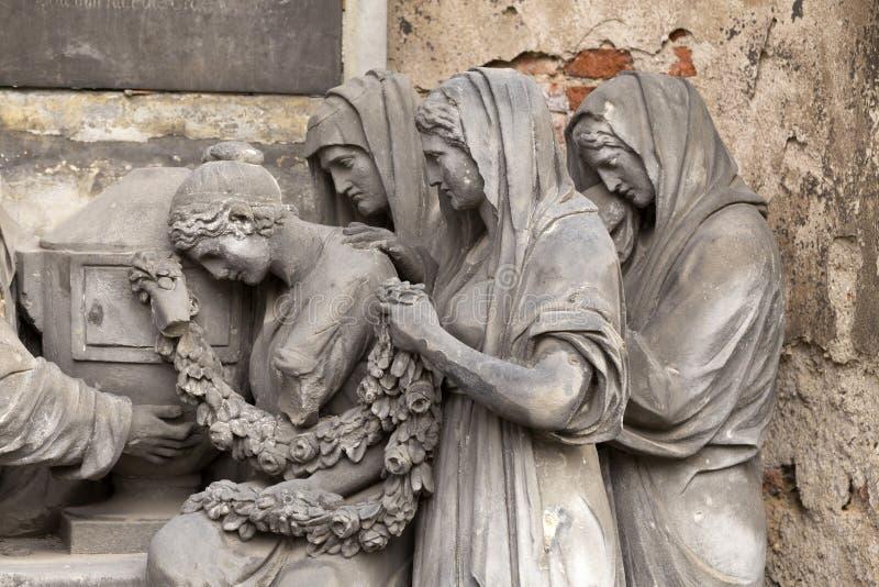 Estátua histórica no cemitério velho de Praga do mistério, República Checa fotos de stock royalty free